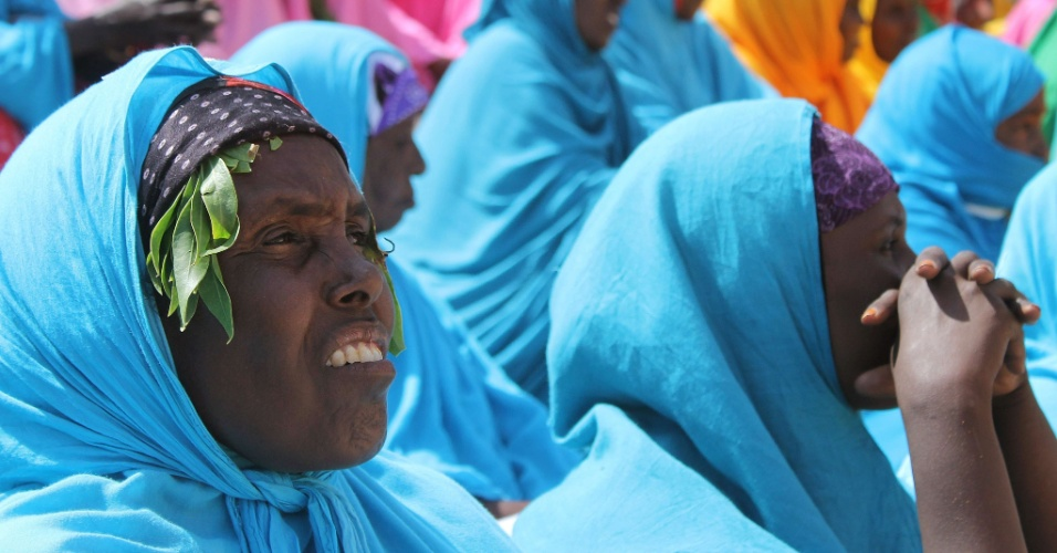 6.ago.2012 - Mulheres somalis participam de cerim&#244;nia que marcou o primeiro anivers&#225;rio da retirada do grupo terrorista Al-Shabab de Mogad&#237;scio, na Som&#225;lia