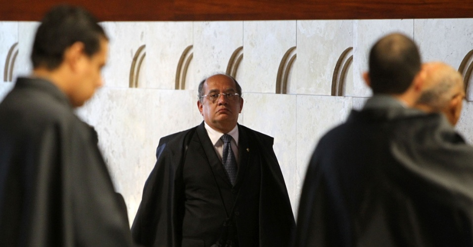 6.ago.2012 - O ministro Gilmar Mendes chega ao plen&#225;rio do Supremo Tribunal Federal (STF), no terceiro dia do julgamento do caso do mensal&#227;o