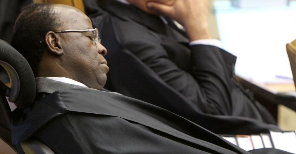 6.ago.2012 - O ministro Joaquim Barbosa &#233; visto aparentemente dormindo no plen&#225;rio do Supremo Tribunal Federal (STF), durante o terceiro dia do julgamento do mensal&#227;o