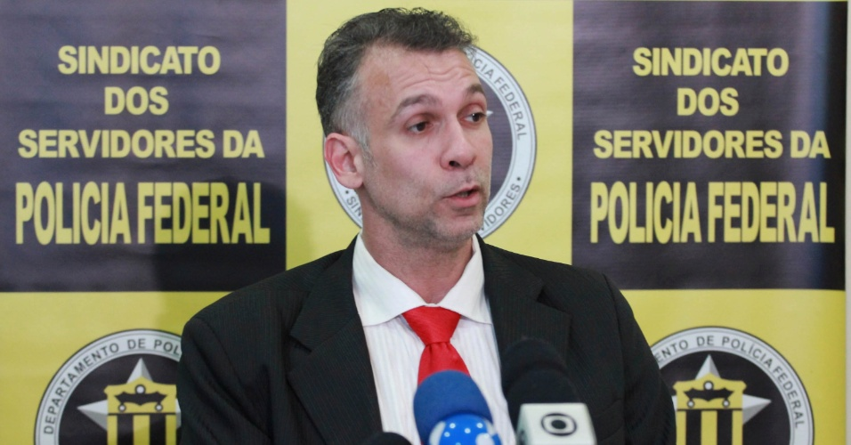 6.ago.2012 - O presidente do Sindicato dos Servidores da Pol&#237;cia Federal de S&#227;o Paulo, Alexandre Santana Sally, informou durante entrevista realizada nesta segunda-feira (6), na capital paulista, que os servidores da PF do Estado entrar&#227;o em greve a partir de amanh&#227; (7). Os servi&#231;os ser&#227;o prestados com apenas 30% do efetivo como pede a lei