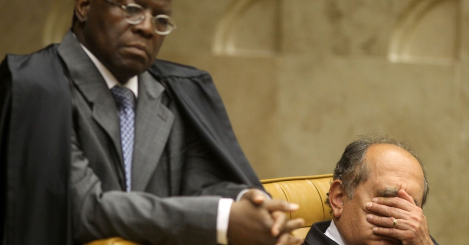 6.ago.2012 - Os ministros Joaquim Barbosa e Gilmar Mendes acompanham julgamento do mensal&#227;o, que entra nesta segunda-feira (6) na fase da defesa dos r&#233;us 