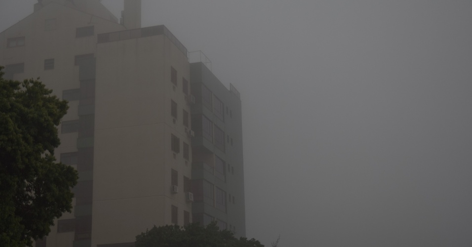 6.ago.2012 - Porto Alegre amanhece com uma forte neblina cobrindo a regi&#227;o leste da cidade nesta segunda-feira (6). Apesar do nevoeiro, o dia deve ser de sol, com muitas nuvens &#224; tarde e &#224; noite. A temperatura m&#225;xima prevista &#233; de 17&#186;C e a m&#237;nima de 7&#186;C