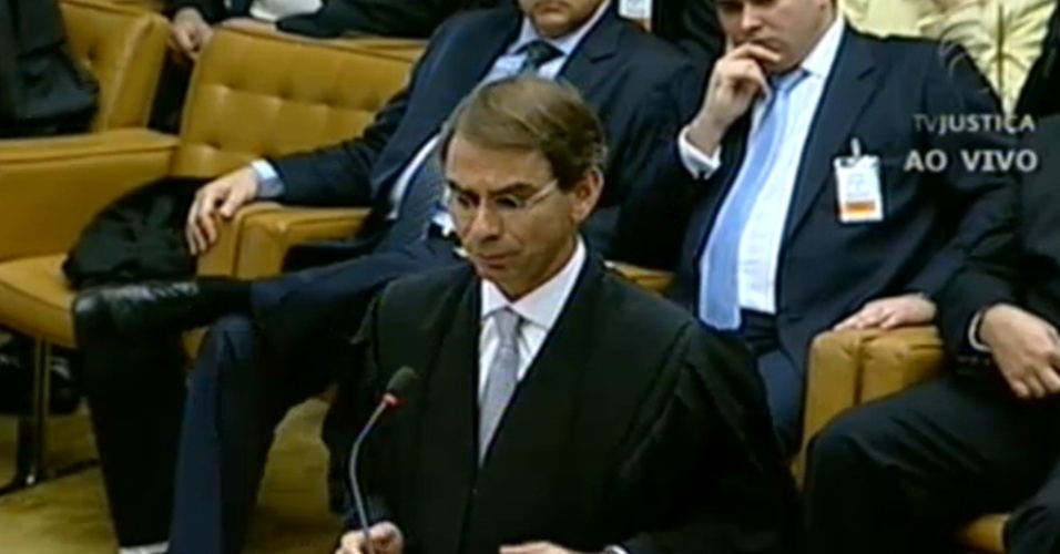6.ago.2012 - Advogado Jos&#233; Luis de Oliveira defende o ex-ministro Jos&#233; Dirceu durante o terceiro dia do julgamento do mensal&#227;o realizado nesta segunda-feira, em Bras&#237;lia. Segundo ele, n&#227;o h&#225; nos autos nenhum depoimento que aponte que Jos&#233; Dirceu, enquanto era chefe da Casa Civil, teria beneficiado o banco BMG na quest&#227;o dos cr&#233;ditos consignados