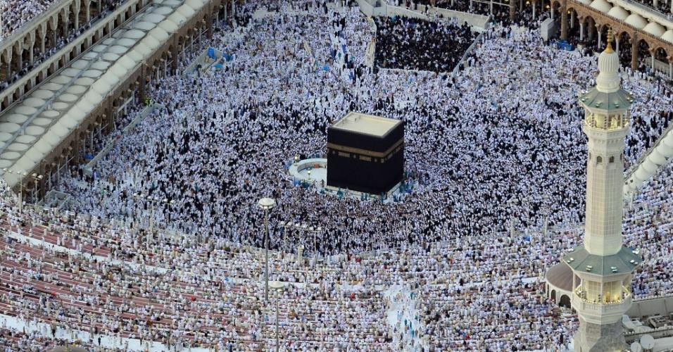 6.ago.2012 - Vista aérea mostra peregrinos caminhando ao redor da Grande Mesquita Kaaba, na cidade santa de Meca, na Arábia Saudita. Os muçulmanos de todo mundo celebram o mês sagrado do Ramadã