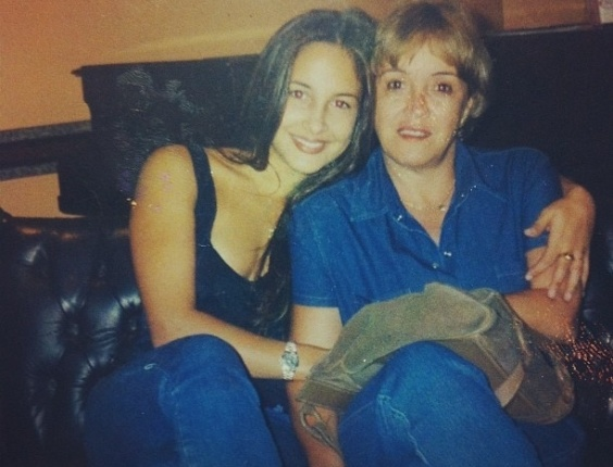 """Nesta segunda-feira (6), a cantora Claudia Leitte postou uma foto do seu aniversário de 18 anos em uma rede social . Na legenda, os dizeres: """"Mais uma relíquia. Meu aniversário de 18 anos! Lembro bem! :-)"""""""