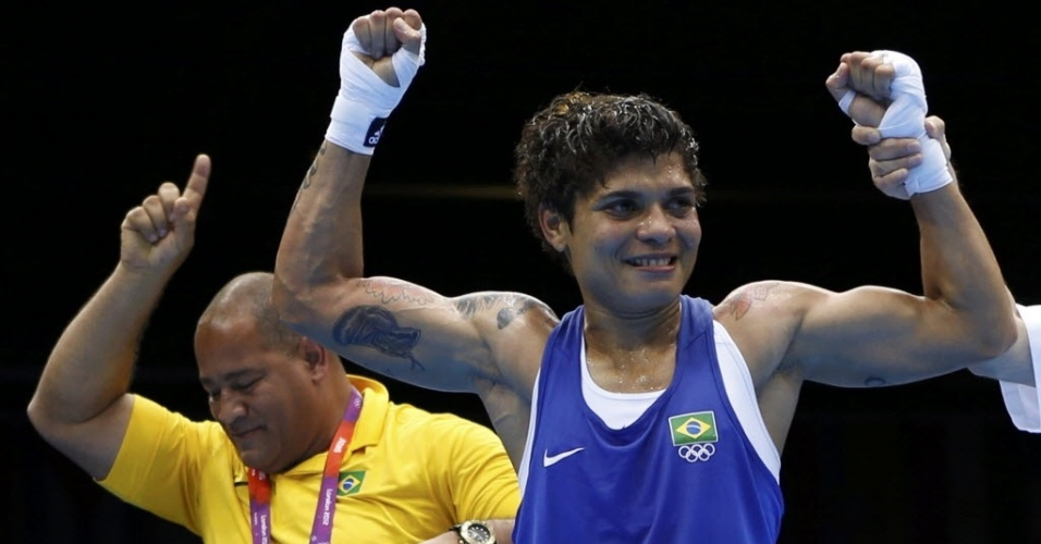 Adriana Ara&#250;jo comemora a vit&#243;ria nas quartas de final no boxe feminino, que lhe garantiu uma medalha nos Jogos de Londres