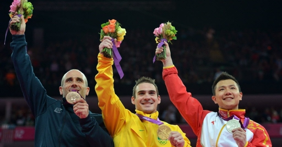 Arthur Zanetti (centro) exibe medalha de ouro no pódio