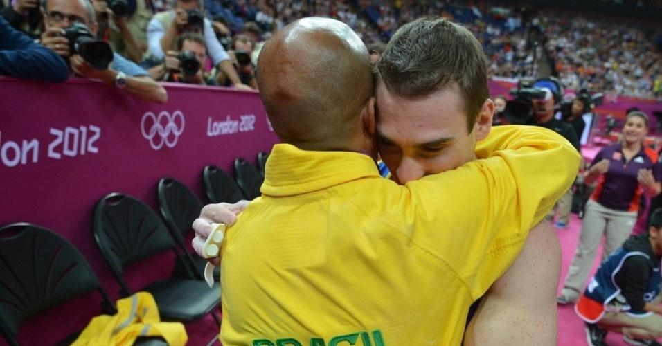 Arthur Zanetti abraça o treinador na comemoração pelo ouro
