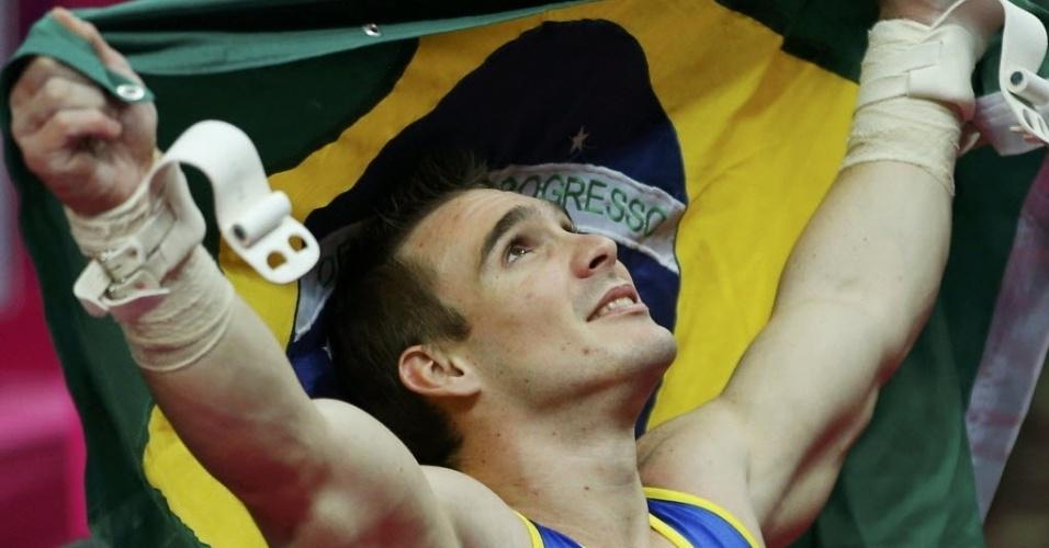 Arthur Zanetti comemorou a medalha de ouro exibindo a bandeira do Brasil