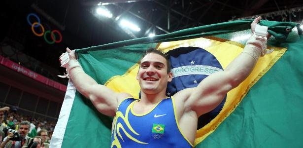 Arthur Zanetti exibe bandeira do Brasil depois de ganhar o ouro nas argolas nos Jogos de Londres