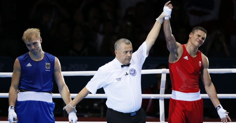Boxeador brit&#226;nico Anthony Ogogo celebra sua vit&#243;ria frente ao alem&#227;o Stefan Hartel, pelo peso m&#233;dio
