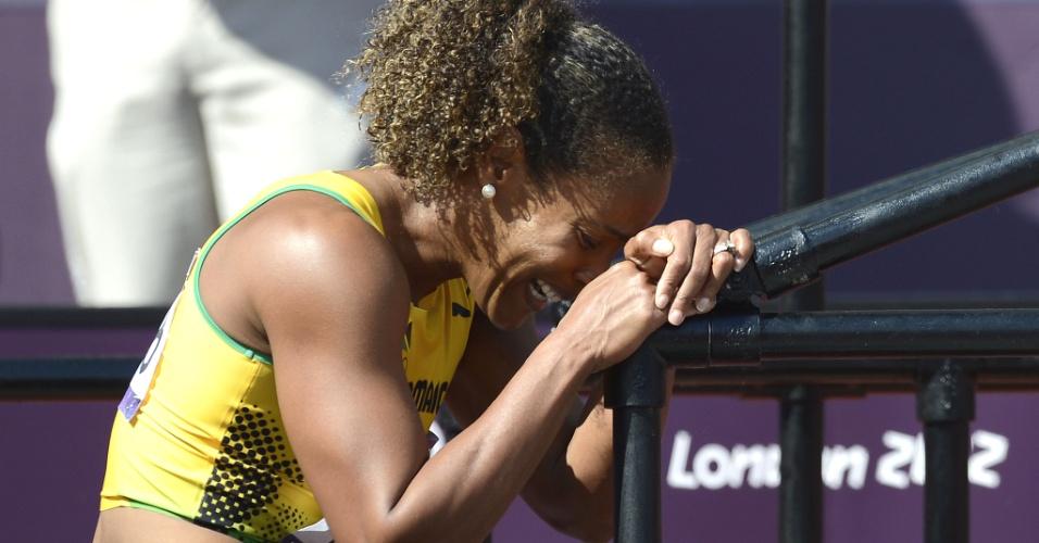 Brigitte Foster-Hylton, da Jamaica, chora após bater em obstáculo ser 7ª em sua bateria e ficar fora nos 100 m com barreiras, prova na qual foi campeã mundial