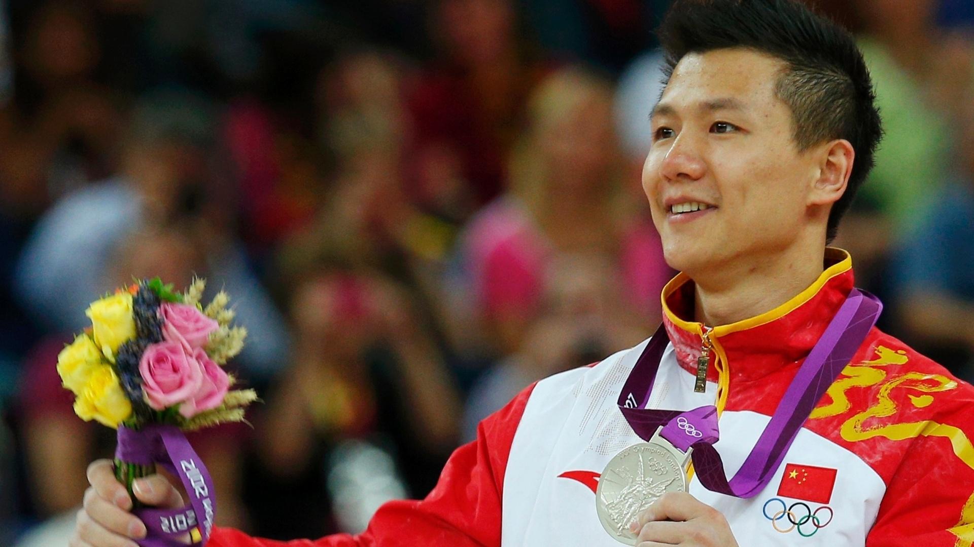 Chinês Yibing Chen mostra a medalha de prata conquistada por ele na final de argolas em que Arthur Zanetti ficou com o ouro
