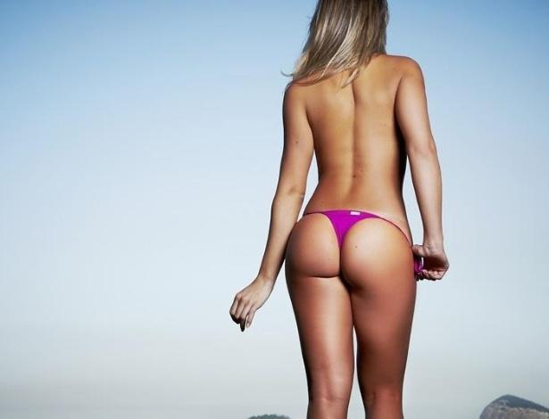 De biquíni, a panicat Carol Narizinho posa para ensaio sensual. Carol divulgou a imagem em seu Facebook (6/8/2012)