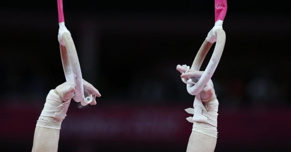Detalhes nas mãos de Arthur Zanetti. O ginasta brasileiro usa uma proteção durante a sua apresentação