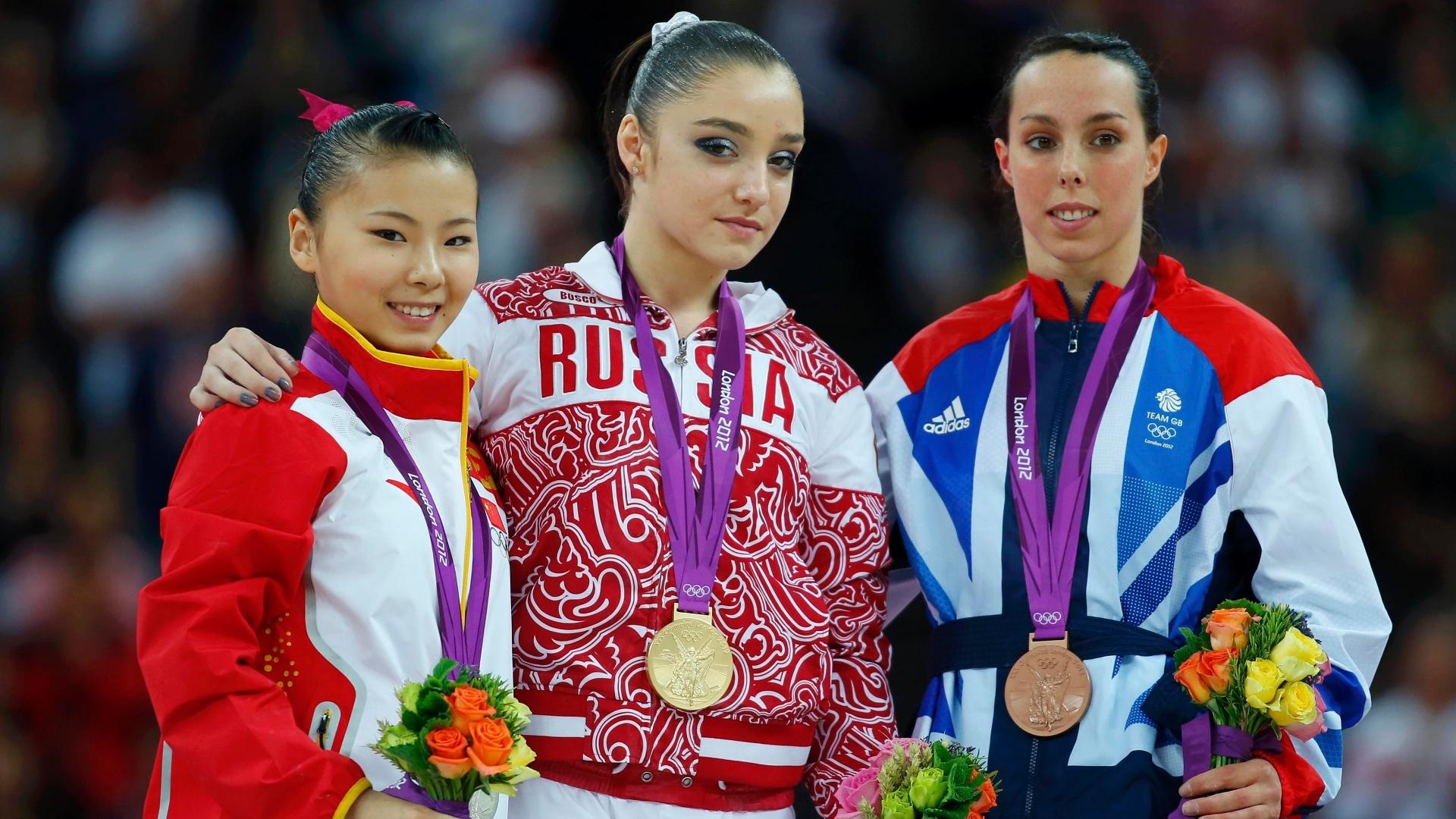 He Kexin (e), Aliya Mustafina (c) e Elizabeth Tweddle mostram as medalhas de prata, ouro e bronze conquistadas por elas na final de barras assimétricas