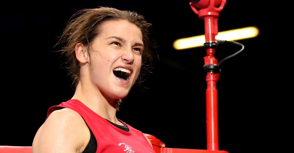 Irlandesa Katie Taylor comemora vit&#243;ria para a Irlanda, em um &#34;cl&#225;ssico&#34; contra o Reino Unido no boxe