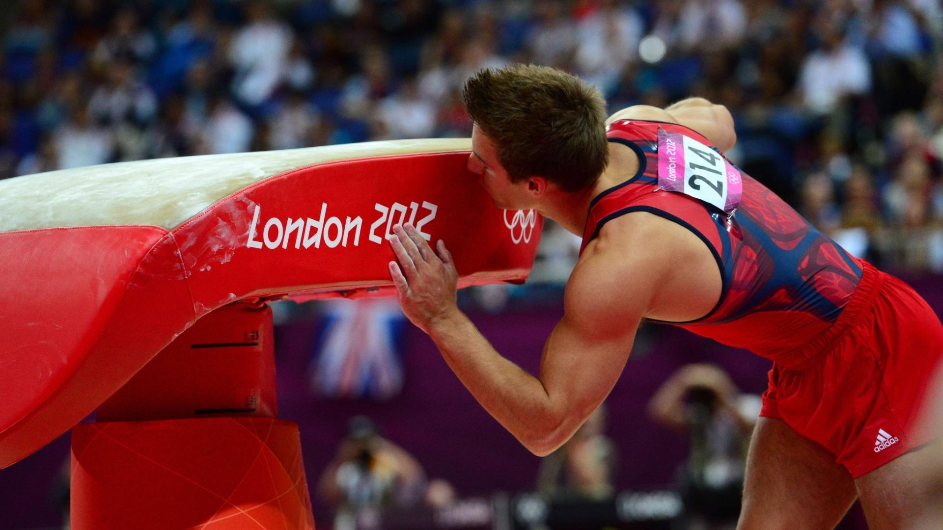 Norte-americano Samuel Mikulak beija a mesa após se apresentar na final de salto; apesar do carinho, o ginasta terminou na quinta colocação, fora do pódio