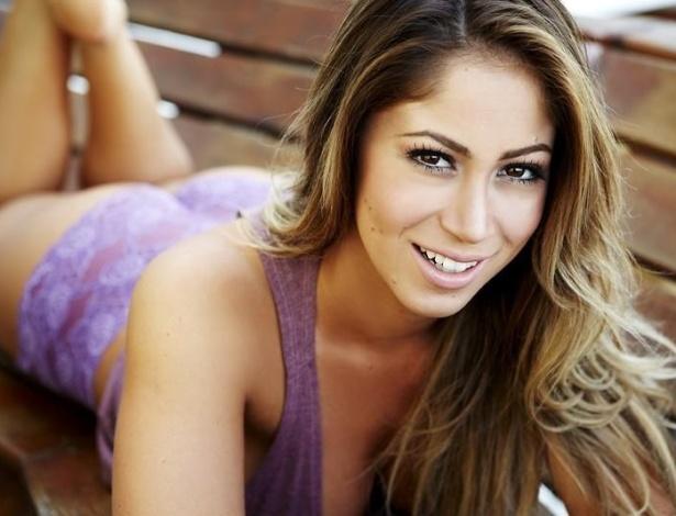 Panicat Carol Narizinho posa de lingerie para ensaio sensual. Carol divulgou a imagem em seu Facebook (6/8/2012)