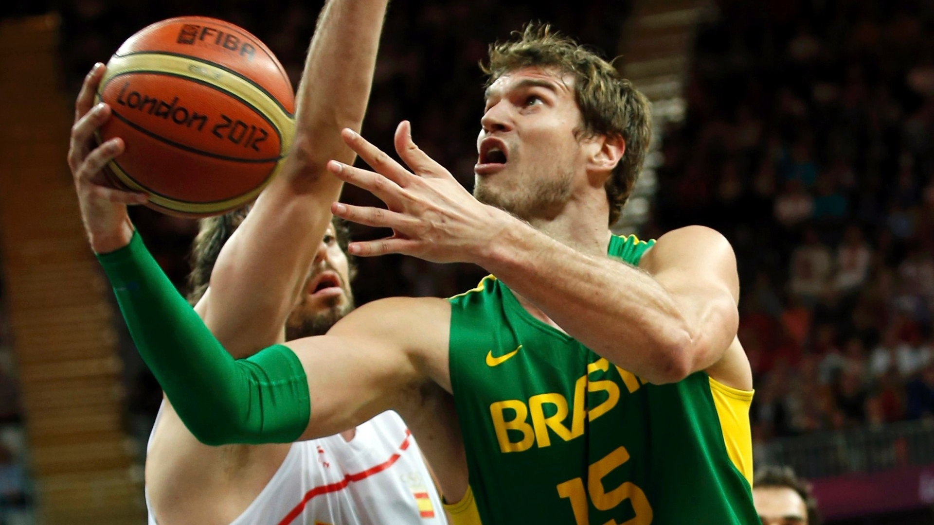 Piv brasileiro Thiago Splitter escapa de marcao espanhola na ltima partida da fase de grupos em Londres