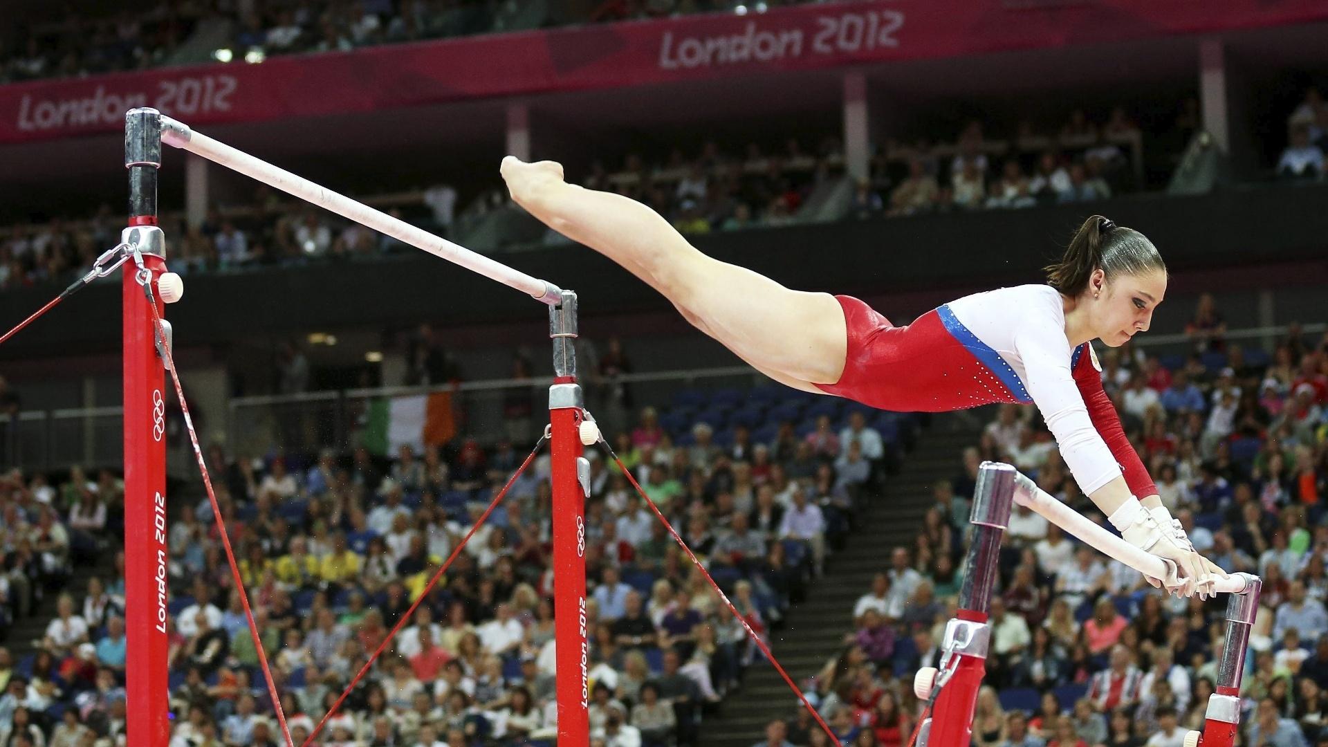Russa Aliya Mustafina troca de barras durante sua apresentação na final do aparelho; ela ficou com a medalha de ouro