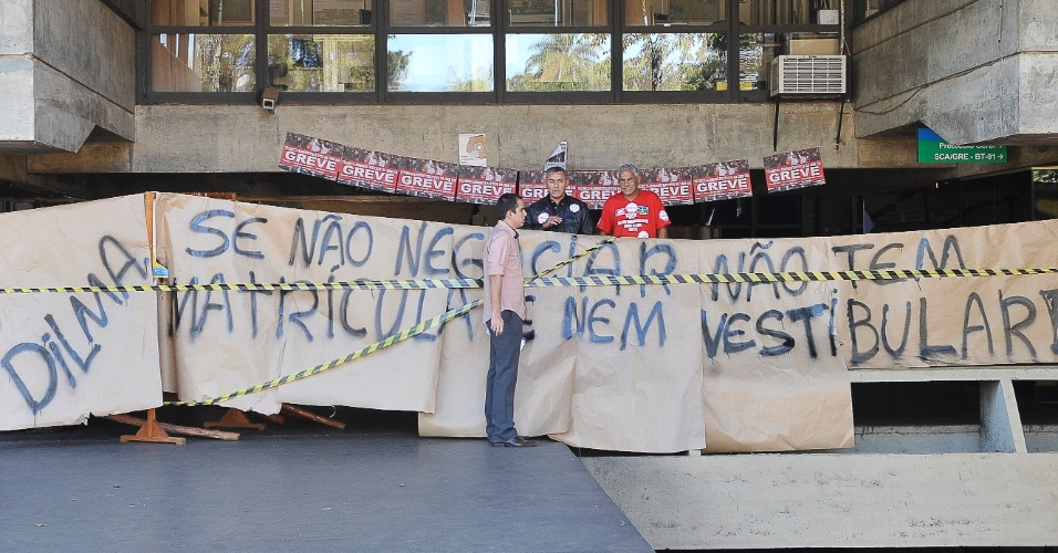 Servidores técnico-administrativos da UnB (Universidade de Brasília) ocuparam, na manhã desta segunda-feira (6), o prédio da reitoria da instituição. Todas as entradas do edifício foram bloquedas com carros, cadeiras, faixas e fitas. A categoria está em greve e aguarda reunião com o governo