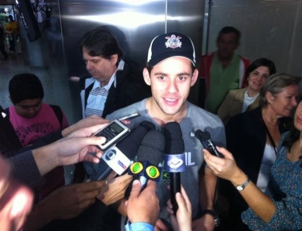 Thiago Pereira concede entrevistas durante desembarque no Brasil após prata em Londres