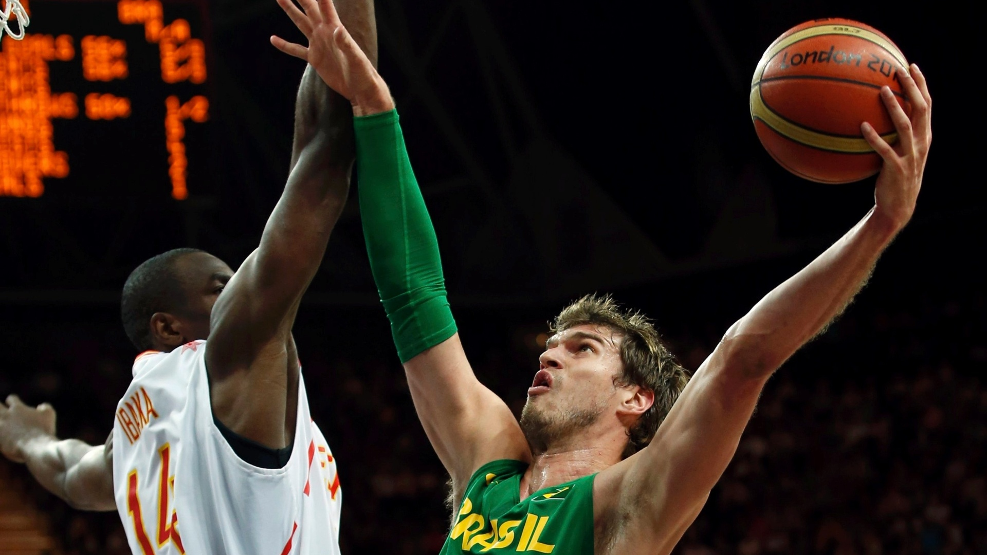 Thiago Splitter tenta a cesta para o Brasil em partida disputada contra a Espanha pela primeira fase