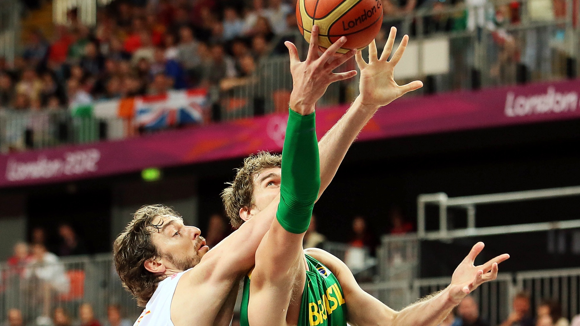 Tiago Splitter tenta converter cesta para o Brasil, marcado pelo espanhol Pau Gasol