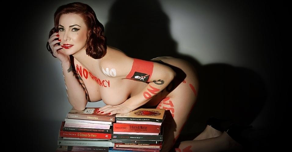7.ago.2012 - A escritora brasileira Vanessa de Oliveira decidiu tirar a roupa para fazer uma campanha contra a pirataria de livros no país