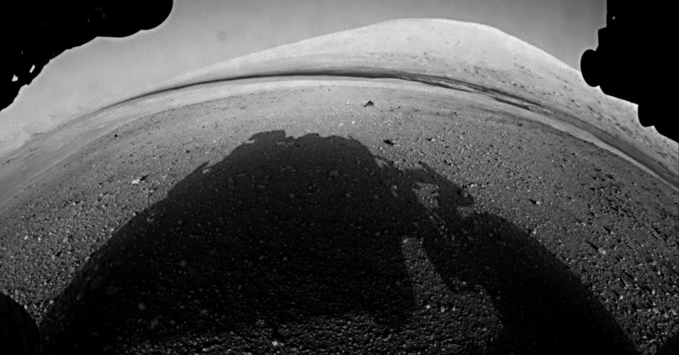 7.ago.2012 - A imagem, divulgada pela Nasa (agência espacial americana), mostra uma das primeiras imagens obtidas pelo robô Curiosity