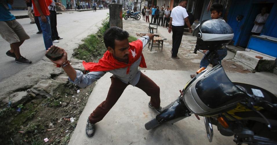 7.ago.2012 - Ativista do Partido Comunista do Nepal vandaliza uma moto em Katmandu, nesta terça-feira (7), durante uma greve geral que pede a renúncia imediata do primeiro-ministro do país, Baburam Bhattarai