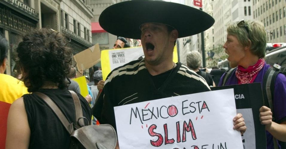 """7.ago.2012 - Ativistas da coligação """"Dois países, uma voz"""" participam do primeiro dos quatros dias de protesto em Nova York (EUA). Os manifestantes denunciam as práticas monopolistas e abusivas das empresas do bilionário mexicano Carlos Slim"""