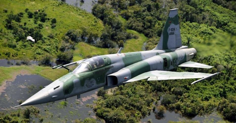 7.ago.2012 - Avião F-5EM faz patrulha de rotina no Paraná,. Na operação intitulada Agata, o Exército Brasileiro fiscaliza suas fronteiras do sul ao centro-oeste