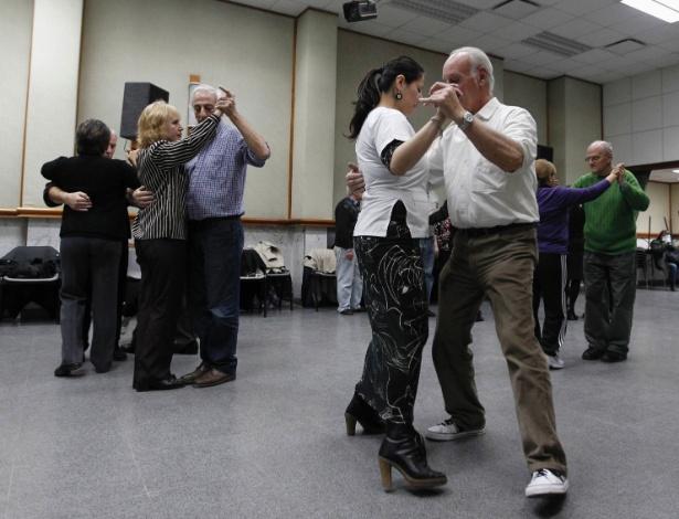 7.ago.2012 - Cardiologista dança com paciente cardíaco em aula de tango, em Buenos Aires (Argentina), nesta segunda-feira (6). Dançar tango foi adicionado como tratamento no hospital público Paroissien, na capital argentina, para pessoas que sofreram infarto
