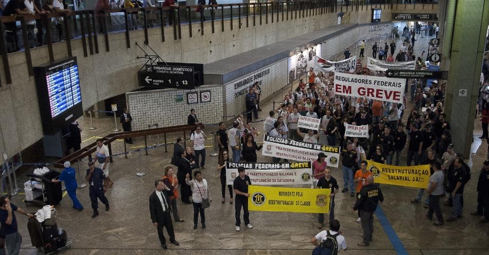 7.ago.2012 - Em greve, servidores da Polícia Federal e das Agências Reguladoras fazem passeata no Aeroporto Internacional de Guarulhos, em São Paulo, para reivindicar reestruturação na carreira dos policiais, especialmente em relação aos agentes, escrivães e papiloscopistas