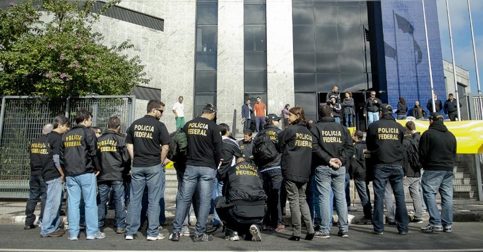 7.ago.2012 - Em greve, servidores fizeram um protesto em frente à Superintendência da Polícia Federal de São Paulo. Os profissionais reivindicam reestruturação na carreira