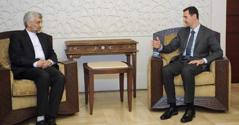 7.ago.2012 - Foto divulgada pela agência de notícias síria SANA, mostra o presidente da Síria, Bashar al-Assad, reunindo-se com Saeed Jalili, do Irã, um dos apoiadores do líder supremo iraniano, Ali Khamenei, em Damasco