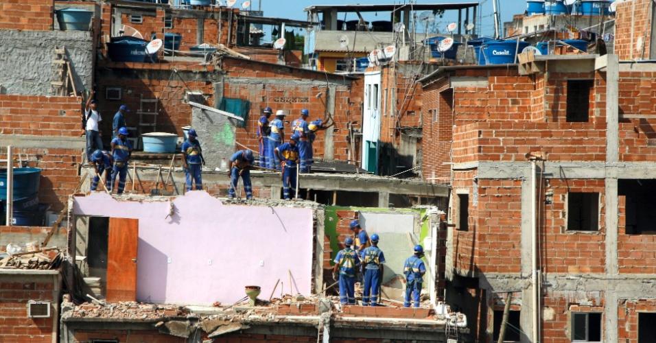 7.ago.2012 - Funcionários da prefeitura do Rio prepearam prédios ameaçados de desabar em Areinha, Rio das Pedras, zona oeste da capital, para a demolição