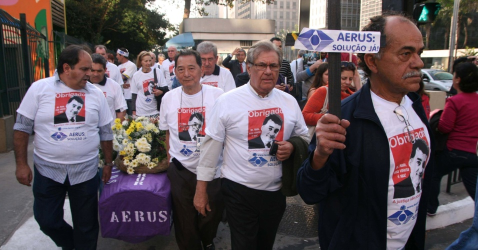 7.ago.2012 - Membros do Sindicato Nacional dos Aeroviários participam de um protesto na avenida Paulista, em São Paulo (SP), para reivindicar o direito das mais de 10 mil famílias prejudicadas pela quebra do Instituto Aerus de Seguridade Social