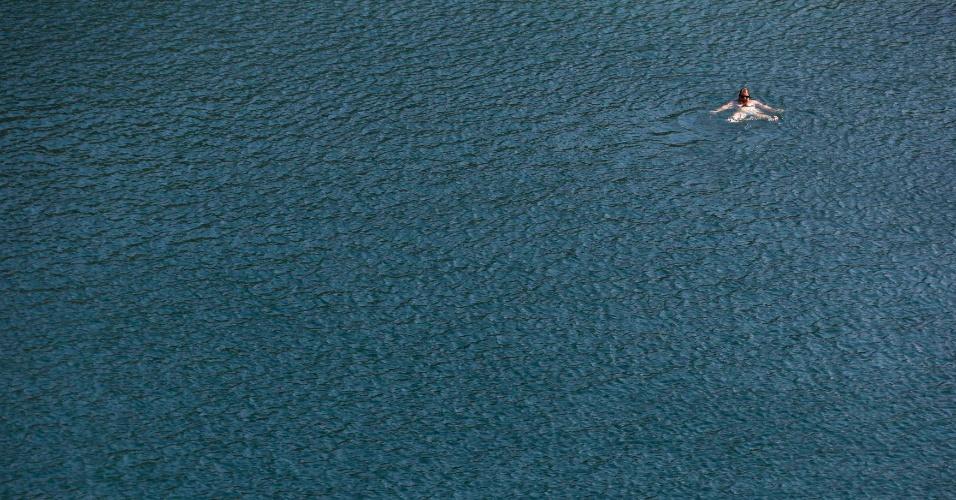 7.ago.2012 - Mulher nada no lago Vouliagmeni, em Atenas, na Grécia, em um dia quente. As temperaturas chegaram a 42ºC e segundo a previsão do tempo vão permanecer altas durante toda a semana