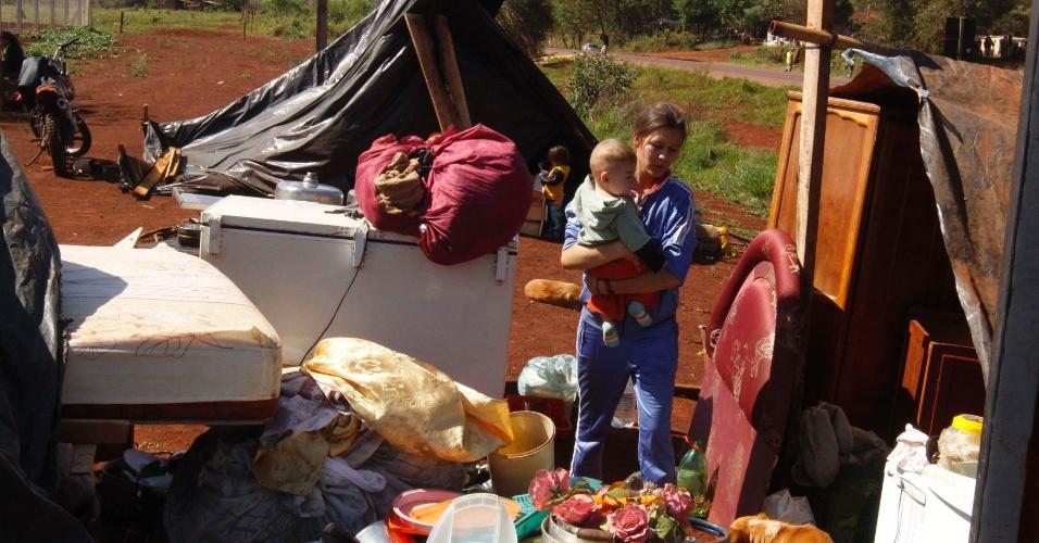 7.ago.2012 - Mulher tenta juntar todos os seus pertences após ser despejada de ocupação em terreno privado em Canindeyu, no Paraguai. Ao menos 40 famílias viviam no local