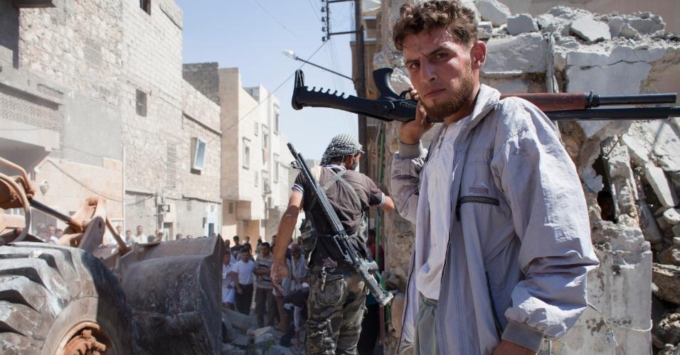 7.ago.2012 - Rebeldes chegam a prédio que foi bombardeado por engano pelo exército de Bashar Al-Assad, em Aleppo (Síria), nesta segunda-feira (6). Segundo a agência de notícias AFP, o exército sírio queria atingir um edifício que funciona como base rebelde, mas destruiu, na verdade, um prédio residencial