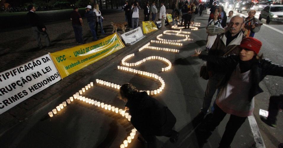 7.ago.2012 - Representantes das ONGs Nas Ruas e Revoltados Online organizam uma vigília no vão livre do Museu de Arte de São Paulo (Masp), na capital paulista, para protestar contra o mensalão