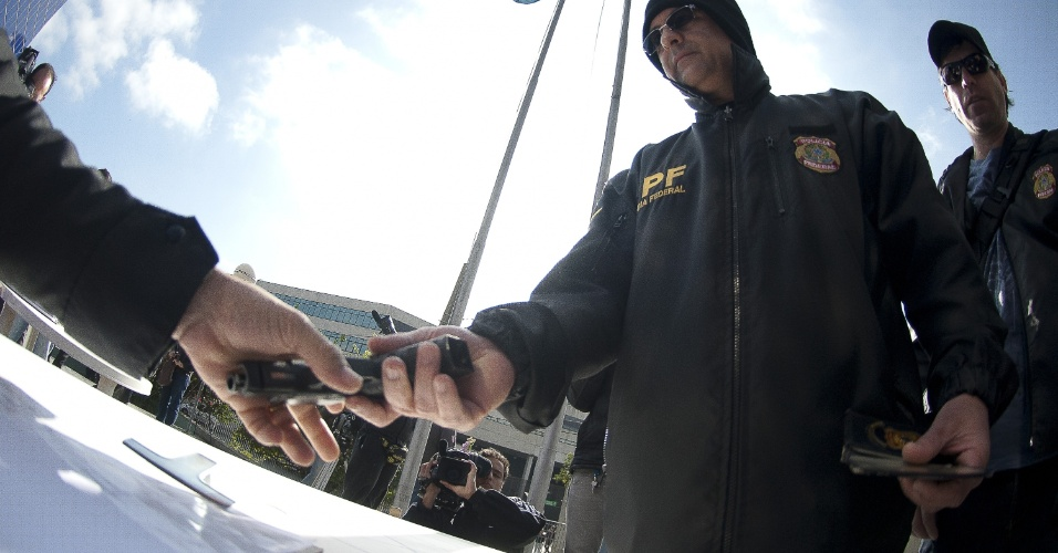 7.ago.2012 - Servidor da Polícia Federal entrega arma durante ato simbólico realizado na Superintendência da Polícia Federal de São Paulo. O órgão iniciou oficialmente uma greve nacional por tempo indeterminado para reivindicar reestruturação na carreira