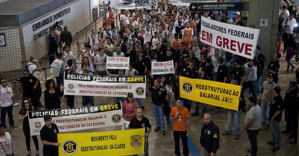 7.ago.2012 - Servidores da Polícia Federal e das Agências Reguladoras realizam ato no Aeroporto Internacional de Guarulhos, em São Paulo, para reivindicar reestruturação na carreira dos policiais, especialmente em relação aos agentes, escrivães e papiloscopistas
