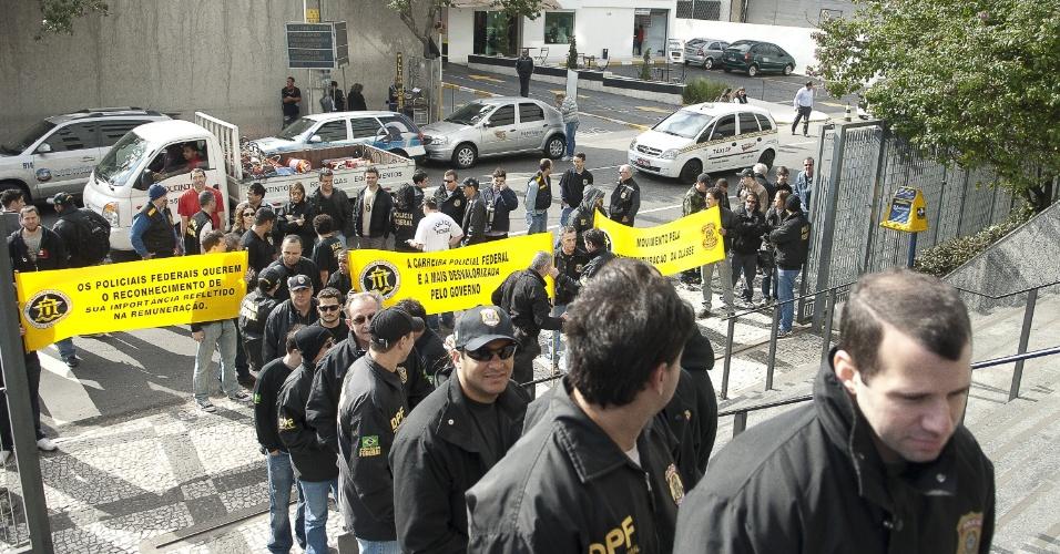7.ago.2012 - Servidores da Polícia Federal formam fila para participar de ato simbólico de entrega de distintivos e armas na Superintendência da Polícia Federal de São Paulo. O órgão iniciou oficialmente uma greve nacional por tempo indeterminado para reivindicar reestruturação na carreira