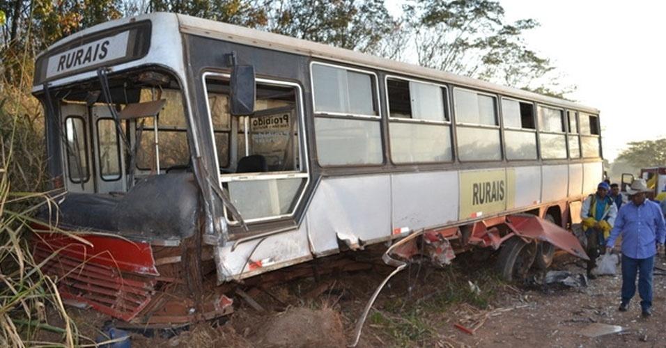 7.ago.2012 - Um acidente envolvendo uma caminhonete F-320 e um ônibus com trabalhadores rurais na rodovia Cesário José de Castilho, entre Novo Horizonte e Itajobi (interior de São Paulo), deixou uma pessoa morta e outra gravemente ferida