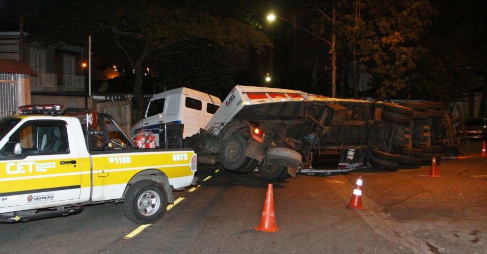 7.ago.2012 - Um caminhão tombou na avenida Augusto Farina, no Butantã, zona oeste de São Paulo, SP, na madrugada