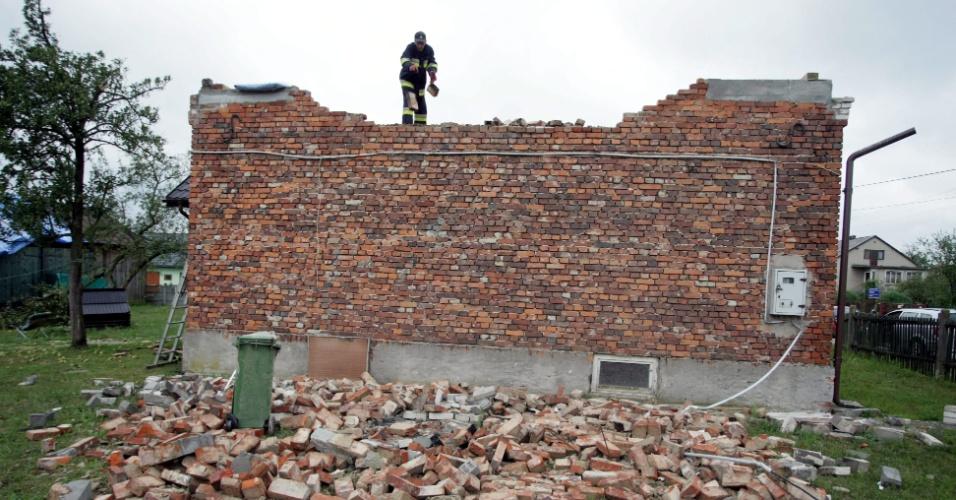 7.ago.2012 - Um prédio foi destruído após a passagem de uma forte tempestade em Miasowa, na Polônia. Os telhados de edifícios e torres de energia ficaram danificados, deixando cerca de 12 mil casas sem energia elétrica